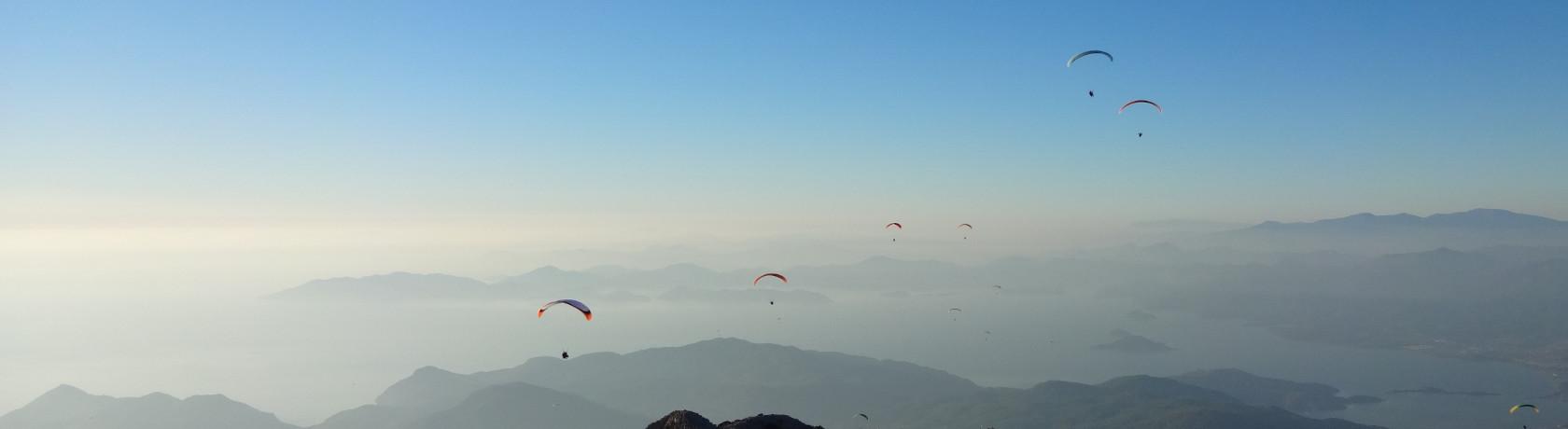 Gleitschirme im Himmel über Ölüdeniz, Türkei