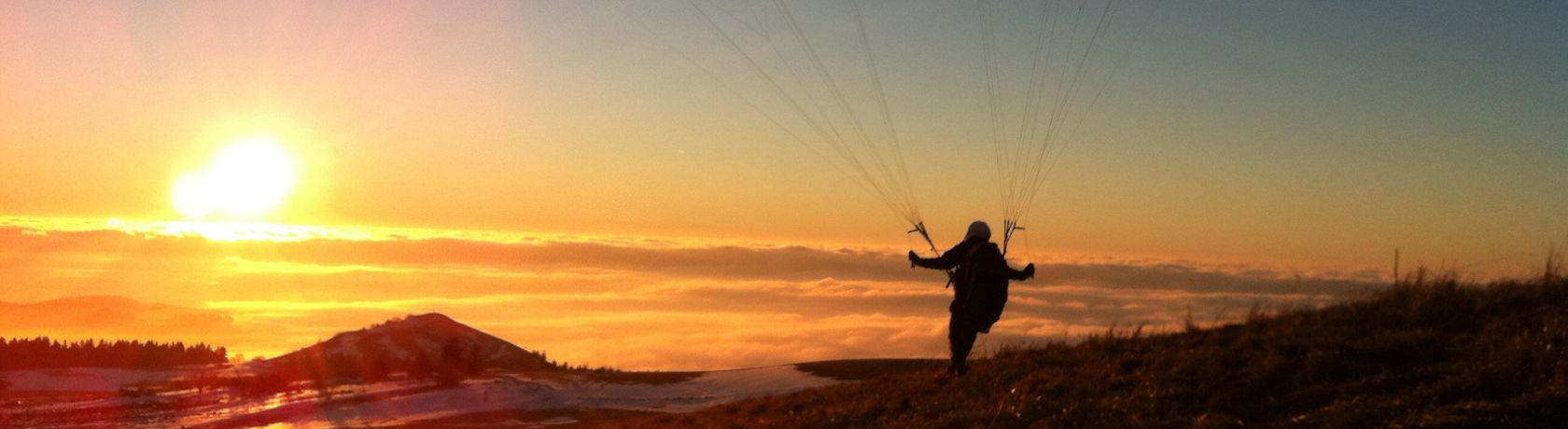 Paraglider startet in die Abendsonne